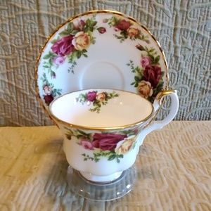Royal Albert OLD COUNTRY ROSES Teacup & Saucer